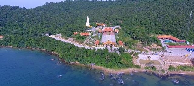 Chùa Hộ Quốc được xây dựng ở vị trí đẹp với lưng tựa vào núi, mặt hướng ra biển