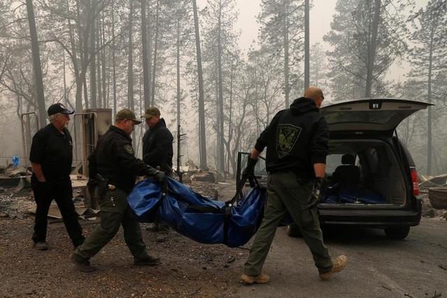 Hơn 8.000 lính cứu hỏa, bao gồm cả các lực lượng từ các bang lân cận đang nỗ lực ngăn ngọn lửa không tiếp tục lây lan.