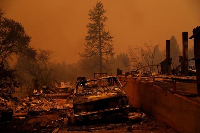 """Theo CNN, cho tới thời điểm hiện tại khoảng 100 người vẫn """"bặt vô âm tín"""". Dù cơ quan chức năng và lực lượng cứu hỏa hy vọng rằng những người này vẫn có thể sống sót và đang tạm lánh nạn ở đâu đó, nhưng khả năng thiệt mạng của những người này vẫn khá cao. Vụ cháy rừng Camp Fire bắt đầu từ hạt Butte vào ngày 8/11 (giờ địa phương) và lực lượng cứu hỏa gần như đã bất lực chứng kiến ngọn lửa """"nuốt chửng"""" thị trần Paradise nhanh chóng."""