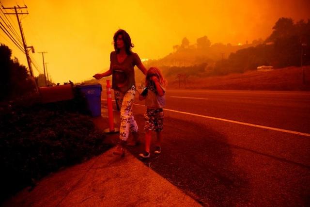 Tại Nam California, 13 triệu người đang đối mặt với những mối đe dọa từ thảm họa tự nhiên. Các thành phố như Los Angeles, Long Beach, Santa Ana, Anaheim và Glendale đều đang trong vòng nguy hiểm. Chỉ trong 4 ngày, lửa đã thiêu rụi diện tích tương đương hơn 80.200 héc-ta tại California, lớn hơn tổng diện tích 5 quận của thành phố New York.