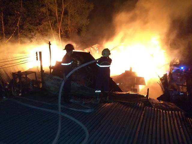 Lực lượng Cảnh sát PCCC và CNCH Công an Tây Ninh đang chữa cháy cho xưởng gỗ