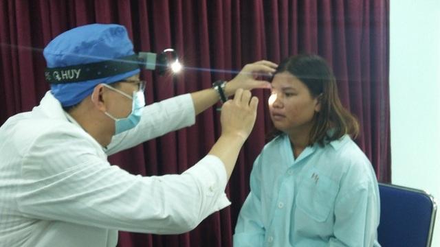 Nữ bệnh nhân bị đạn bắn vào hốc mắt nhưng may mắn không mất thị lực