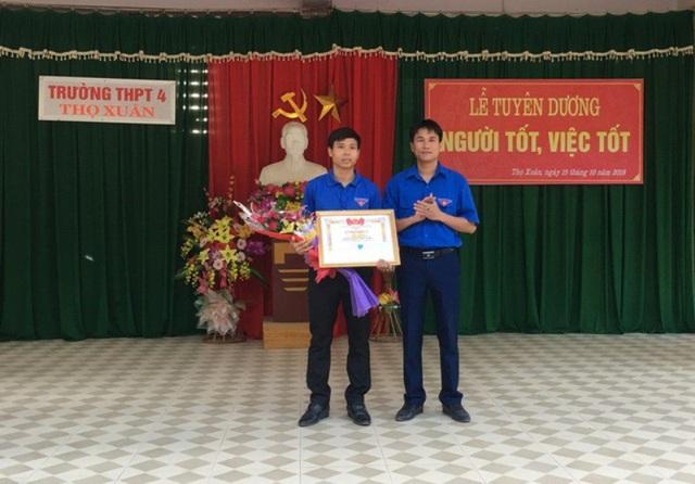 Trao Bằng khen của Tỉnh đoàn Thanh Hóa cho thầy giáo Phạm Văn Thiện.