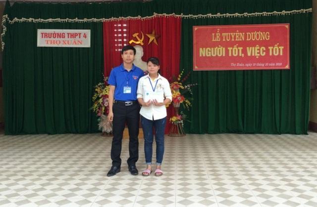 Thầy giáo Phạm Văn Thiện đã dành toàn bộ phần thưởng nhận được để tặng cho em Hoàng Thị Oanh, Học sinh lớp 10A4.