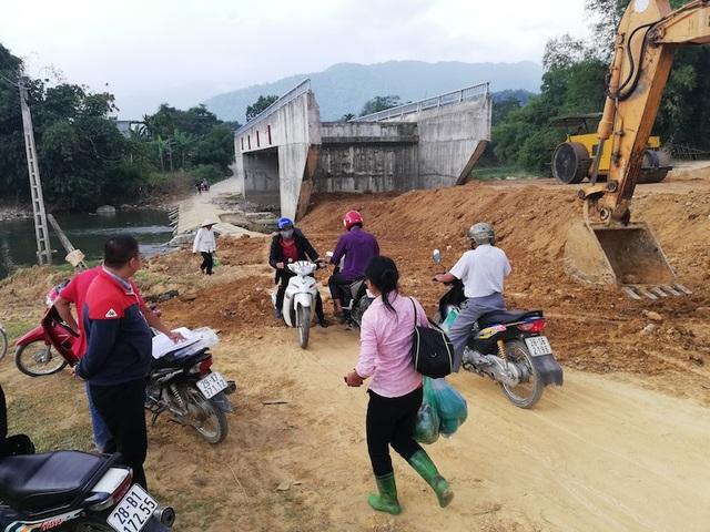 Người dân vui mừng vì đường dẫn lên cầu đã bắt đầu được thi công.