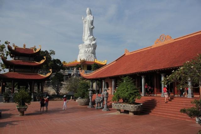 Chùa Hộ Quốc được xây dựng theo lối kiến trúc nhà Lý và Trần, là một điểm đến tâm linh thu hút đông du khách khi đến Phú Quốc