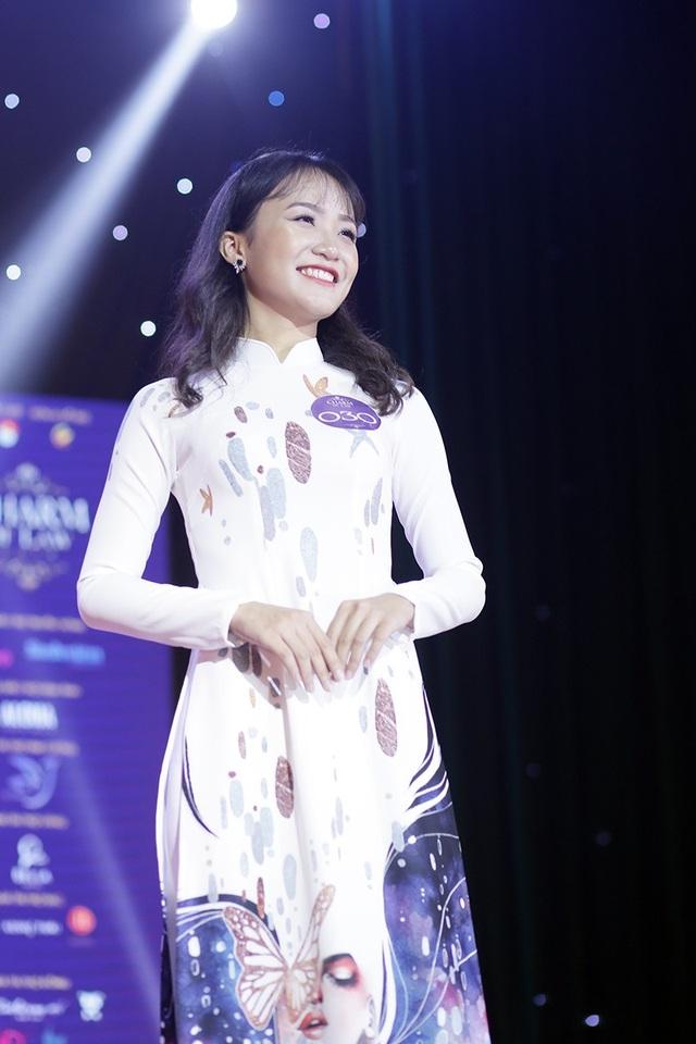Hoa khôi Phạm Phương Anh thướt tha trình diễn áo dài. Cô cũng là thí sinh trình diễn áo dài đẹp nhất cuộc thi