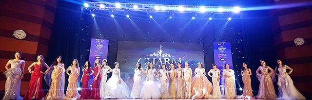Toàn cảnh 20 thí sinh tham dự đêm chung kết Hoa khôi ĐH Luật Hà Nội 2018.