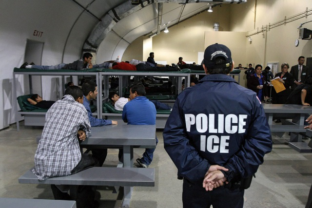 Mỹ bắt giữ số người nhập cư trái phép kỷ lục (Ảnh: EPA)