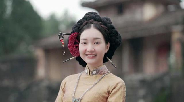 Theo lí giải của đạo diễn: Nàng thơ xứ Huế là một chuỗi chương trình gồm nhiều tập. Trong đó, có 10 tập được quay tại Hàn Quốc. Giống như nhiều du khách Hàn đến Việt Nam thường thích mặc áo dài, đội nón lá thì một trong những tập phát sóng được quay ở Hàn, Nàng thơ xứ Huế là một du khách Việt trên đất Hàn. Cô cũng đi tìm hiểu văn hóa Hàn và thử nhiều món ăn đặc trưng của xứ kim chi.