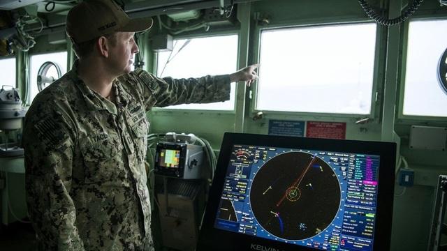 Một sĩ quan trên tàu USS Mount Whitney của Mỹ tham gia cuộc tập trận Trident Juncture của NATO hôm 2/11. (Ảnh: AFP)