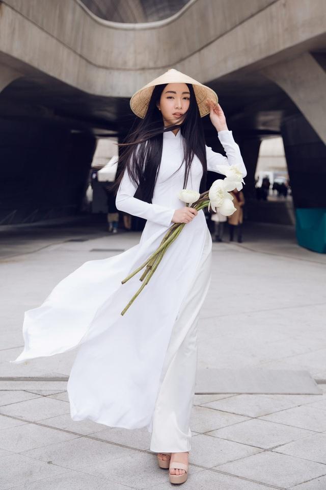 """Tháng 3 vừa qua, Ngọc Trân cũng """"gây bão"""" trước công chúng quốc tế khi xuất hiện tại tuần lễ thời trang Seoul Fashion Week 2018 trong tà áo dài truyền thống, góp phần quảng bá về thời trang và du lịch Việt Nam với bạn bè quốc tế."""