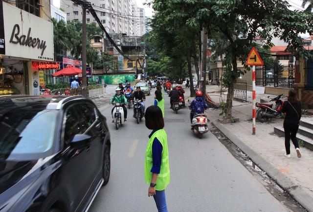 Một số hình ảnh các bạn trẻ đứng thành hàng dọc trên đường Vũ Trọng Phụng (quận Thanh Xuân, Hà Nội) để phân làn giao thông.