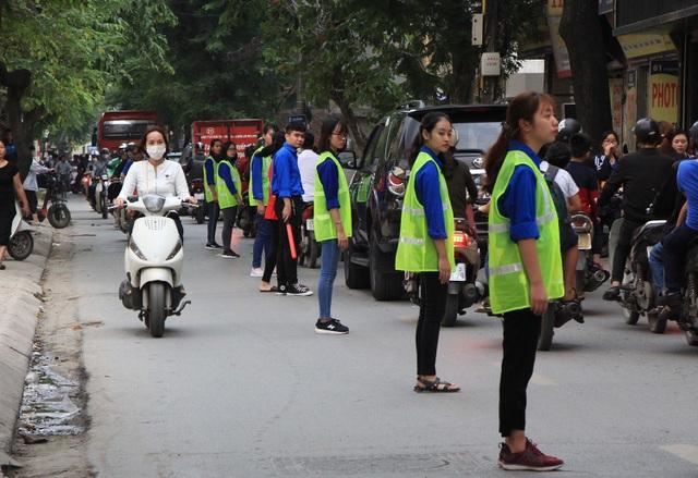 Vào giờ cao điểm các buổi chiều, một nhóm các bạn sinh viên trẻ trường Đại học Đại Nam (Hà Nội) lại tổ chức đứng thành hàng dài dọc theo tuyến đường Vũ Trọng Phụng (quận Thanh Xuân, Hà Nội) để phân làn giao thông tránh tình trạng ùn tắc.