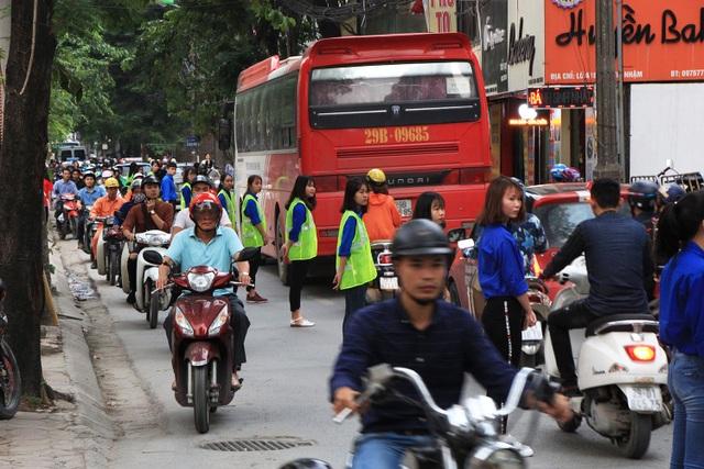 Chính vì lẽ đó, nhóm các bạn trẻ này đã nảy ra ý tưởng đứng xếp thành hàng dài trên tuyến đường để tạo dải phân cách, đồng thời phân luồng giao thông tránh tình trạng ùn tắc có thể xảy ra bất cứ lúc nào.