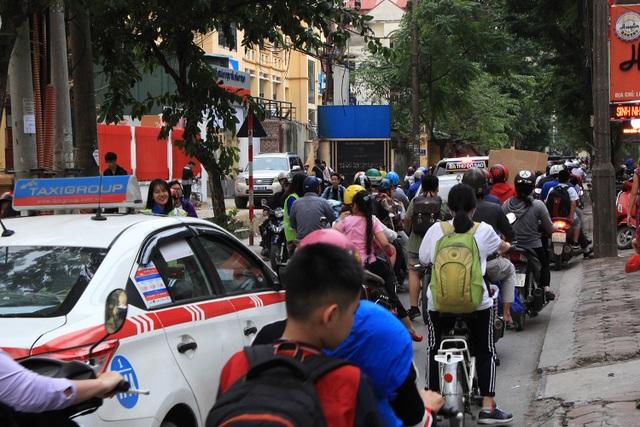 Phố Vũ Trọng Phụng (quận Thanh Xuân, Hà Nội) vào giờ cao điểm các buổi chiều thường xuyên rơi vào trình trạng ùn tắc do số lượng các phương tiện giao thông di chuyển qua đây rất đông, cộng với số lượng học sinh, sinh viên tan trường tại đây.