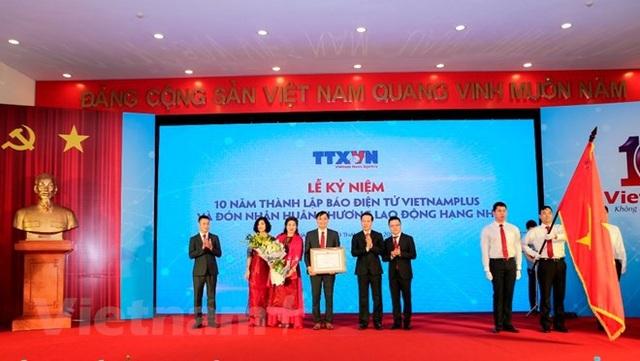 Nhân dịp kỷ niệm 10 năm thành lập, Báo Điện tử VietnamPlus vinh dự đón nhận Huân chương Lao động Hạng Nhì. (Ảnh: Minh Sơn/TTXVN)