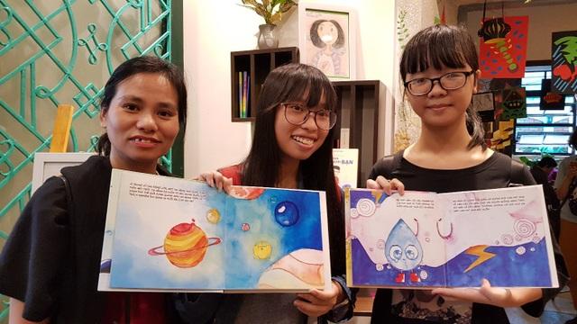 """Chị Mai Chi chụp ảnh cùng quyển sách """"Tia nắng và hạt mưa"""" do con gái tự sáng tác."""