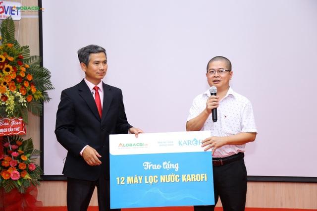 Ông Trần Mạnh Hiển – CEO Công ty CP Karofi Việt Nam trao quà biểu trưng cho Bác sĩ Trần Trí Cường – Giám đốc chuyên môn Bệnh viện Đột Quỵ Cần Thơ