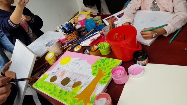 """Bức tranh """"Phố mùa thu"""" của bé Linh Nga."""