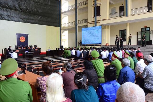 Quang cảnh phiên xét xử chiều 13/11.