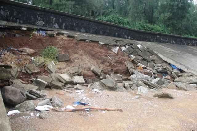 Tuyến đê biển qua xã Vĩnh Thạch bị sạt lở nặng hàng trăm mét.