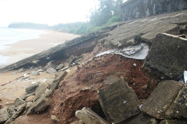 Thân đê bị sạt lở có nguy cơ ảnh hưởng đến an toàn của di tích địa đạo Vịnh Mốc.
