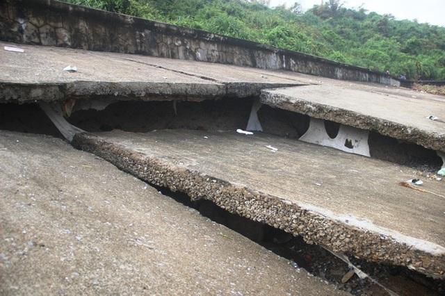 Những mảng bê tông lớn bị dịch chuyển, hở hàm ếch.