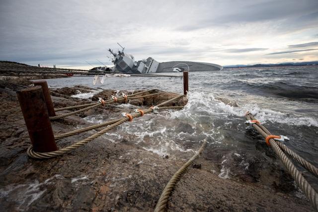 Hiện tại chưa rõ tình trạng của các vũ khí như các tên lửa phòng không, ngư lôi, pháo được trang bị trên tàu KNM Helge Ingstad . Được biết, con tàu gặp nạn không lâu sau khi trở về từ cuộc tập trận quy mô lớn Trident Juncture của NATO.