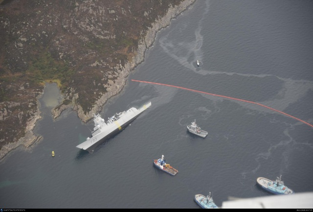 Theo truyền thông địa phương, khoảng hơn 10 tấn nhiên liệu đã rò rỉ ra biển sau sự cố va chạm.
