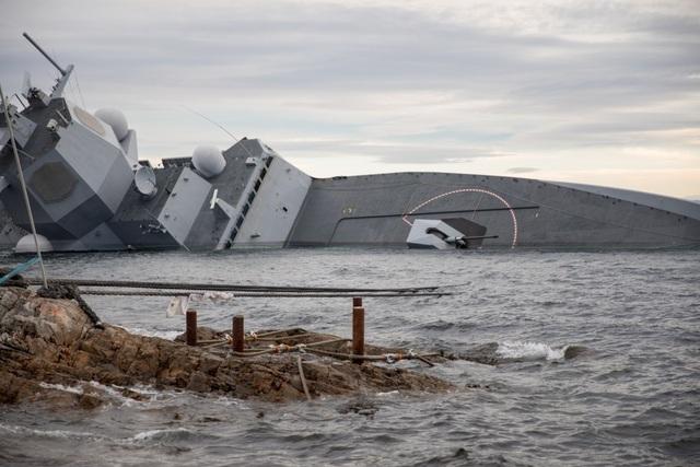 Haavard Mathiesen, người đứng đầu lực lượng cứu hộ của Cơ quan thiết bị quốc phòng Na Uy, cho biết: Con tàu đã chìm khoảng 1m và tiếp tục chìm.
