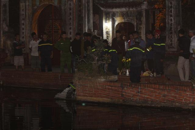 Cơ quan chức năng tiến hành trục vớt, đưa thi thể nạn nhân lên bờ.