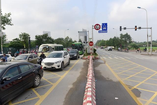 Thời gian gần đây, tình trạng ùn tắc ở đường Tố Hữu (Hà Nội) đoạn từ Mỗ Lao đến Trung Văn diễn ra thường xuyên. Xe buýt nhanh BRT hướng từ Yên Nghĩa về Kim Mã liên tục phải đi với tốc dộ rùa bò.