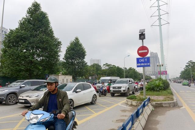Những tấm biển chú ý đường dành cho xe BRT trở nên vô dụng vào các giờ cao điểm, cơ quan chức năng có xử lý cũng không xuể.