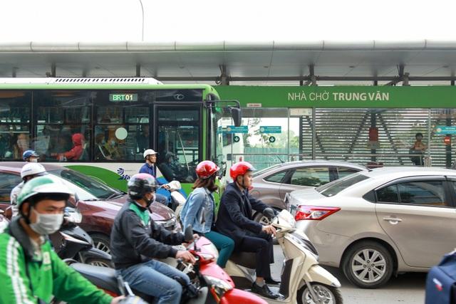 Tại điểm lên xuống của xe buýt nhanh cũng bị các phương tiện khác lấn làn gây khó khăn cho việc đón trả khách.