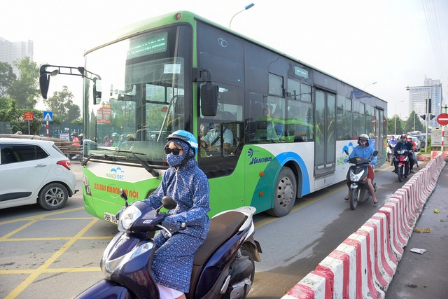 Một số xe máy luồn lách, tạt đầu xe buýt nhanh ngay trên đường ưu tiên BRT.