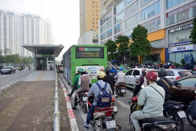 Khi giao thông quá tải thì buýt nhanh vốn được ưu tiên cũng trở thành buýt chậm.