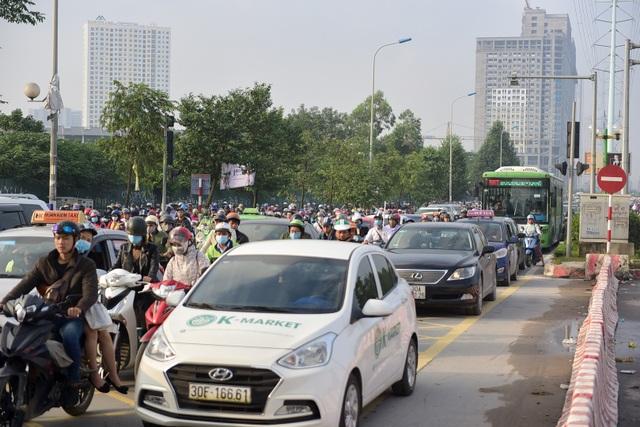 Cảnh tượng làn xe ưu tiên cho xe buýt nhanh BRT thành đường hỗn hợp cho các phương tiện di chuyển.