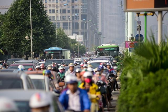 Nguyên nhân chính do xe máy và ô tô tràn cả vào làn đường dành riêng cho buýt nhanh BRT khiến phương tiện này không thể đi nhanh.