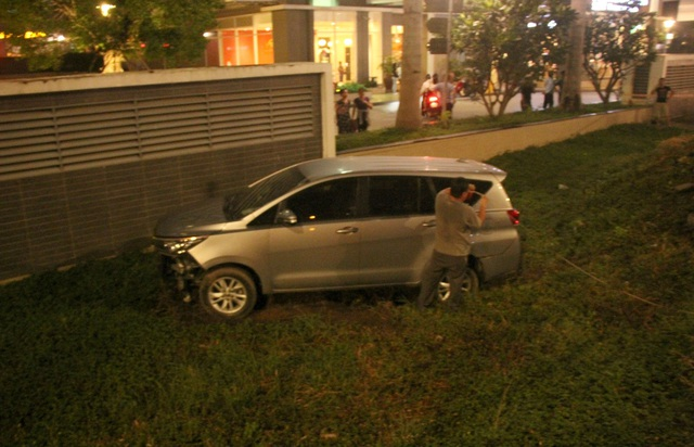Chiếc ô tô tông 4 xe máy rồi lao xuống mương