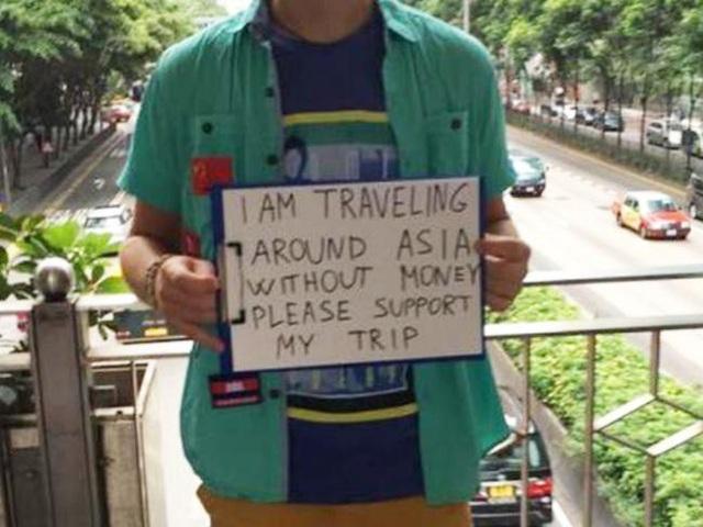 Một vị khách nước ngoài đứng xin tiền với lý do muốn du lịch khắp châu Á nhưng đã cạn túi