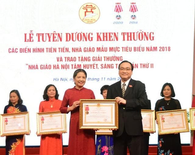 Bí thư Thành ủy Hà Nội Hoàng Trung Hải trao phần thưởng tại buổi lễ. (Ảnh: Th. Nguyễn).