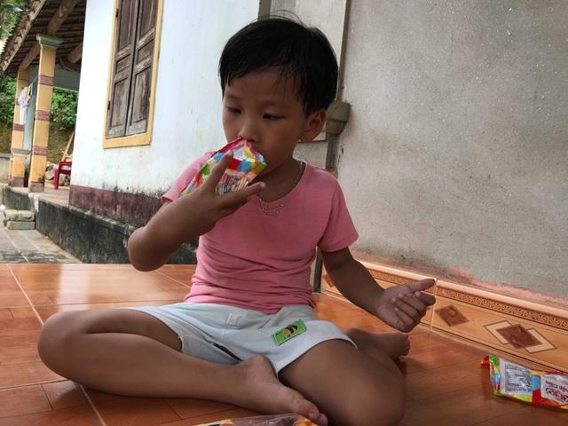 Linh Chi cũng như anh mình, mọi sinh hoạt cá nhân của hai đứa trẻ thơ đều trông cậy hoàn toàn vào sự chăm sóc của người thân.