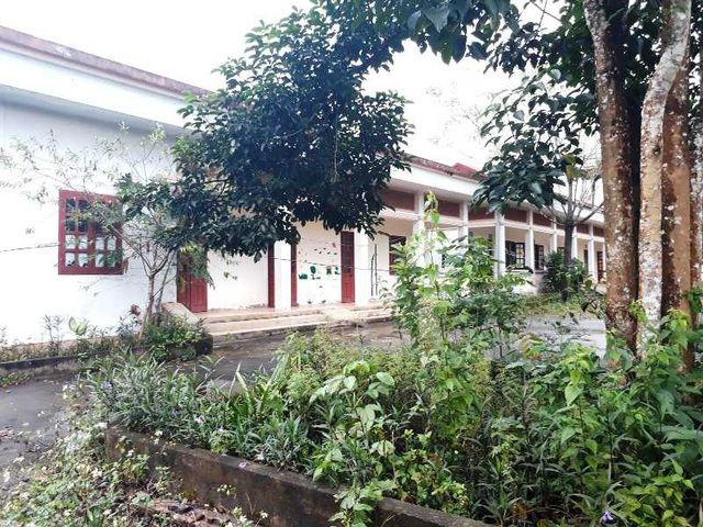 Khu nhà trung tâm của Làng cũng vắng như chùa bà Đanh.