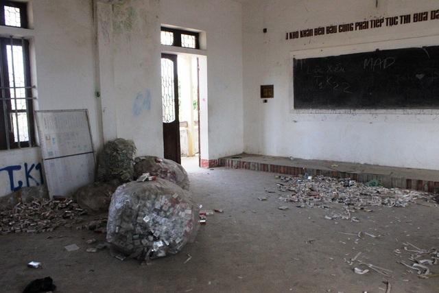 Lớp học thành nơi tập kết rác của hàng nghìn vỏ bao thuốc lá