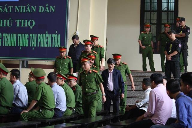 Bị cáo Phan Văn Vĩnh (áo khoác tối màu phía trên bên trái) và bị cáo Nguyễn Thanh Hóa vào phòng xét xử sáng nay (14/11).