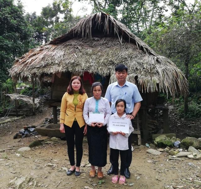 PV Dân trí tại Hòa Bình trao số tiền hơn 51 triệu đồng do bạn đọc ủng hộ qua Quỹ Nhân ái tới 2 mẹ con chị Xa Thị Mang