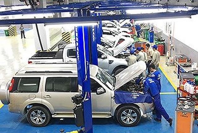 Công nhân một doanh nghiệp FDI đang kiểm tra kỹ thuật xe