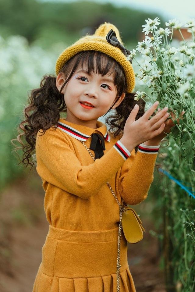 Ali tạo dáng rất linh hoạt trong bộ ảnh, đôi mắt to tròn của cô bé thu hút mọi ánh nhìn.