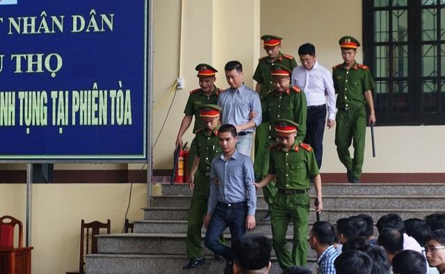 """Bị cáo Phan Văn Vĩnh và Nguyễn Thanh Hóa đều rời phòng xử án vì """"tăng huyết áp"""" - 2"""